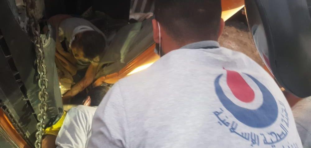 بالصور: الفرق الاسعافية في  الجنوب الثانية  تتصدى لحادث انقلاب شاحنة في العيشية.