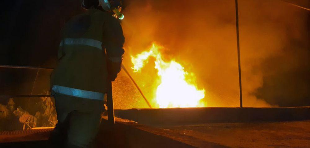 بالصور: اخماد حريق خزان لمادة المازوت في بلدة العباسية