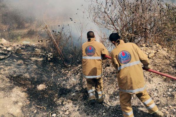 اخماد حريق اعشاب في بلدة باتوليه