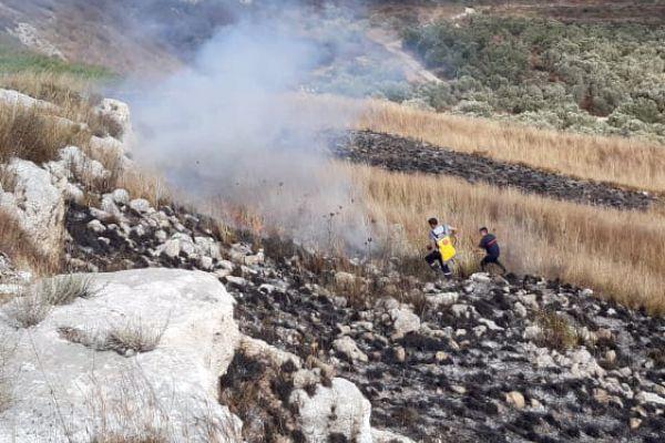 الدفاع المدني - الهيئة يخمد حريقاً بين  بلدة ديرقانون النهر وبدياس