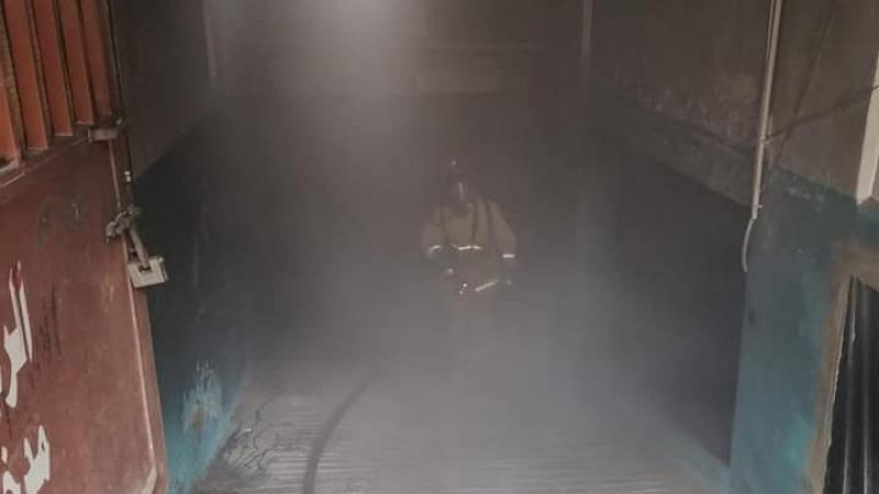 اخماد حريق دراجة نارية داخل كراج حدادة وبويا في منطقة حي السلم