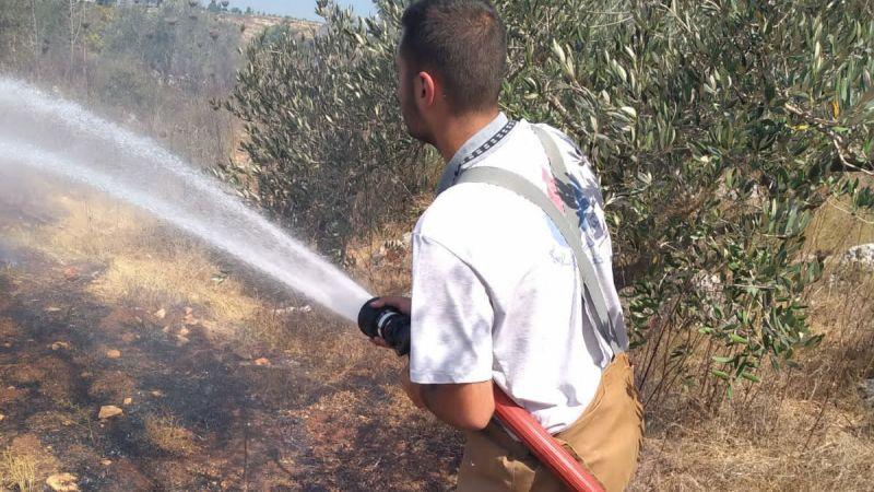 إخماد حريق أعشاب يابسة وزيتون في بلدة بريقع