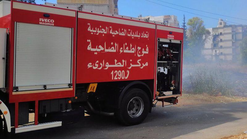 فوج اطفاء الضاحية يخمد حريق اعشاب في منطقة الاجنحة الخمسة