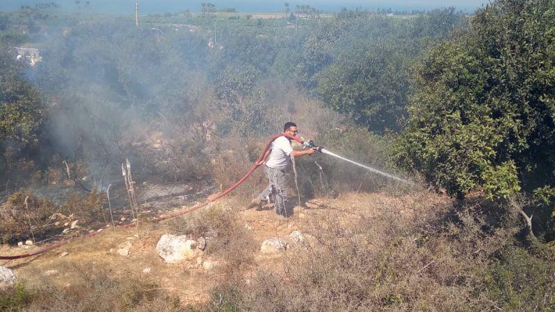 إخماد حريق أعشاب يابسة وأشجار سنديان في بلدة المطرية