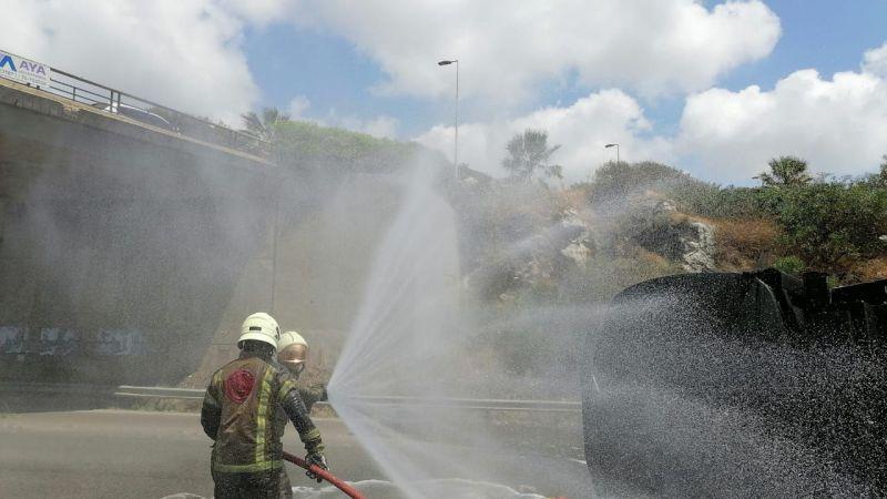 بالصور : فوج إطفاء الضاحية يتصدى لعملية انقلاب صهريج بنزين على طريق خلدة - الناعمة