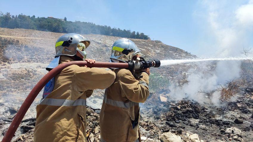 بالفيديو : إخماد حريق أعشاب بين عيتيت و حناويه