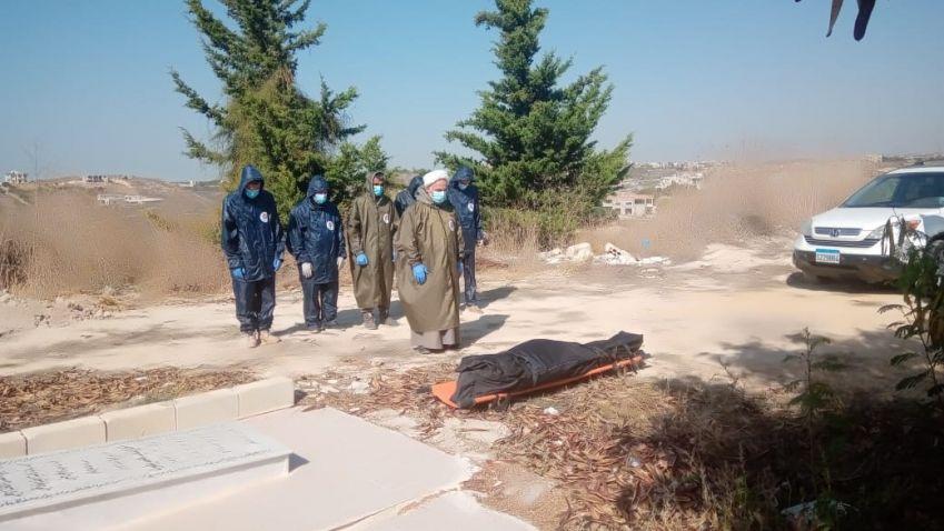بالصور: دفن حالة وفاة جراء فيروس كورونا في منطقة رشكنانيه في قضاء صور