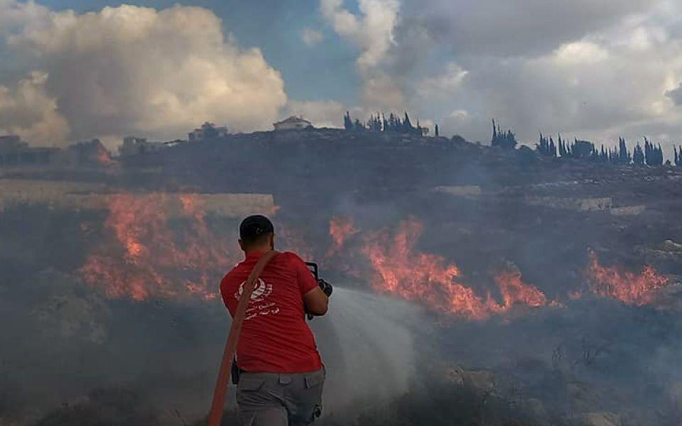 بالصور: فرق الإطفاء تخمد حريقاً كبيراً بين بلدتي كفرصير-وصير الغربية