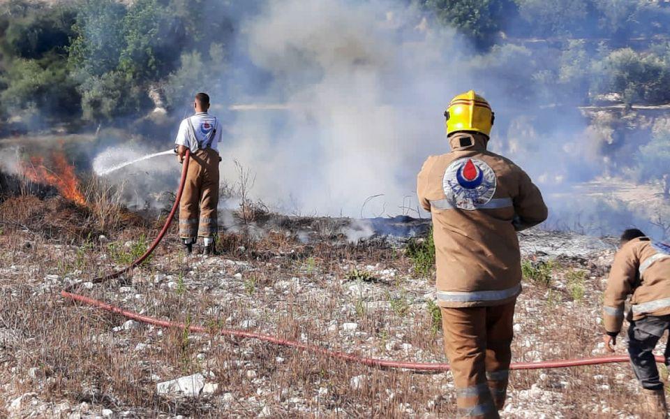 إخماد حريق أعشاب يابسة في بلدة الزرارية.
