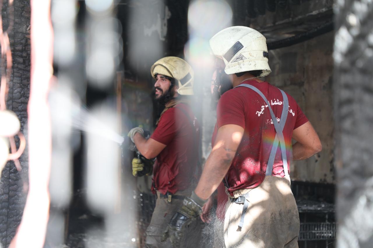 بالصور: فوج اطفاء الضاحية يخمد حريقاً في مطعم بالمشرفية